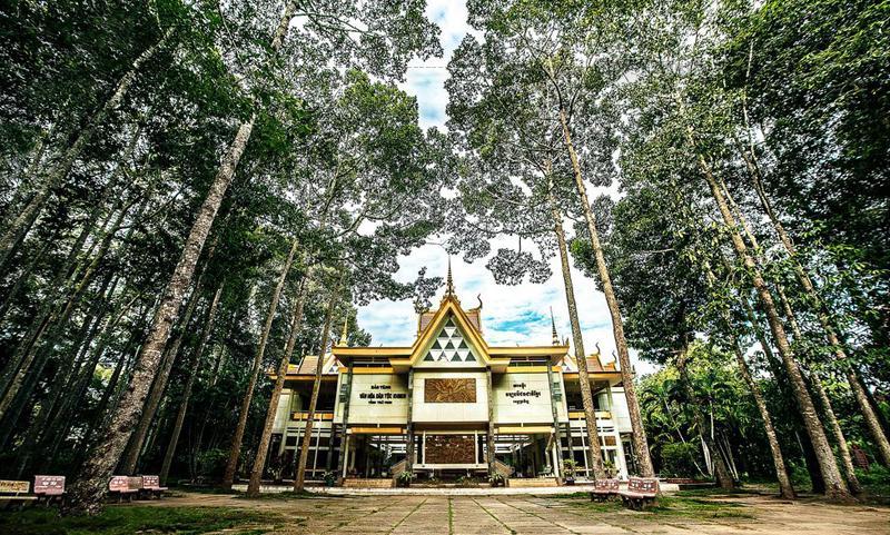 Bảo tàng văn hóa dân tộc Khmer tỉnh Trà Vinh là nơi khách đến tham quan và nghiên cứu học tập.