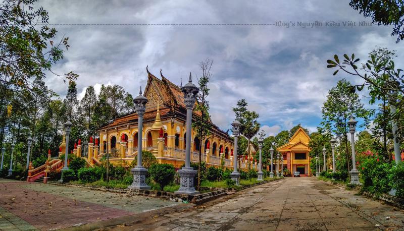 Chánh điện chùa Ông Mẹt quay mặt về hướng đông và được xây dựng trên nền tam cấp bằng đá xanh, có hàng rào bao quanh.