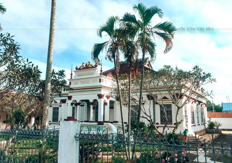 Cũng như nhiều ngôi nhà dân dụng khác, nhà Huỳnh Kỳ gồm ngôi nhà chính và một số công trình khác như: rào cổng, nhà sau, nhà kho…