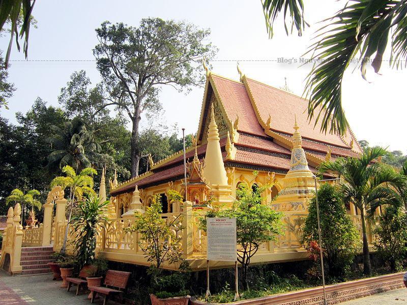 Chùa nằm trong khuôn viên có diện tích khoảng 4 ha, có hào nước sâu bao bọc, và được xây dựng theo lối thiết kế kiến trúc-trang trí chùa Khmer Nam Bộ.
