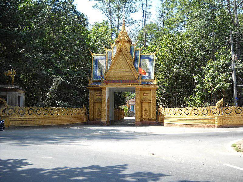 Ngôi chùa khoác lên mình một vẻ đẹp cổ kính với kiến trúc độc đáo đặc trưng của đồng bào dân tộc Khmer.