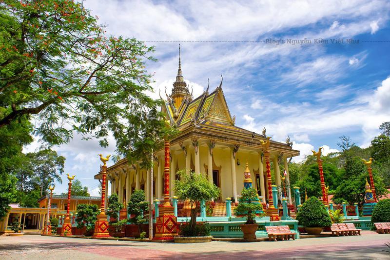 Điều đặc biệt nhất ở chùa Kompông Chrây là trong chùa có hẳn một xưởng thủ công điêu khắc gỗ.