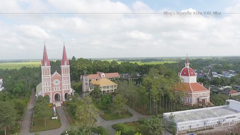 Nhà thờ Mặc Bắc là một công trình kiến trúc nghệ thuật tôn giáo nổi tiếng, là sự kết hợp phong cách kiến trúc La Mã, kiến trúc Pháp và kiến trúc truyền thống người Việt cuối thế kỷ XIX.