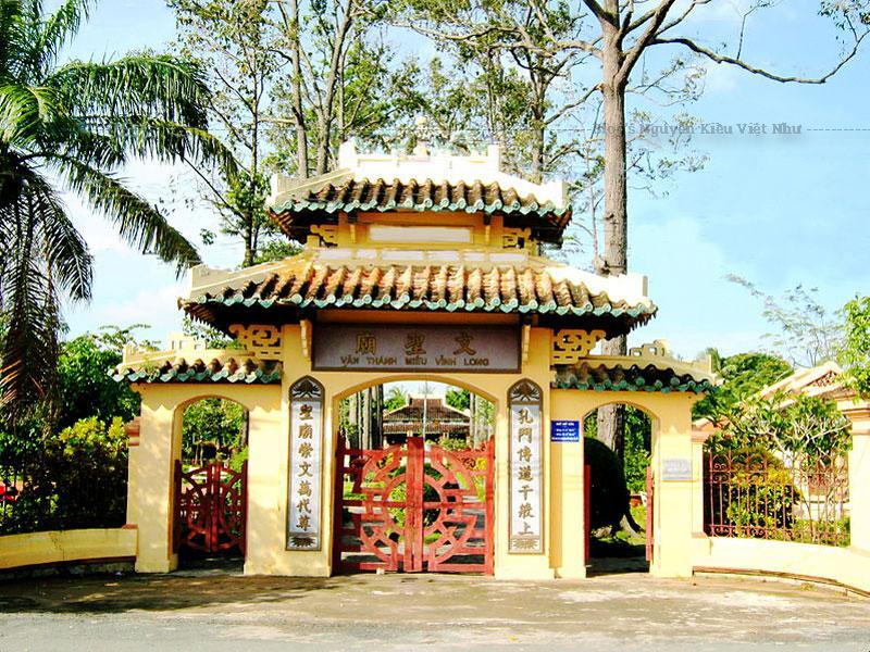 Văn Thánh miếu Vĩnh Long tọa lạc trên một sở đất rộng, cặp bên bờ sông Long Hồ thuộc làng Long Hồ, tổng Long An, huyện Vĩnh Bình (nay thuộc phường 4, thành phố Vĩnh Long).