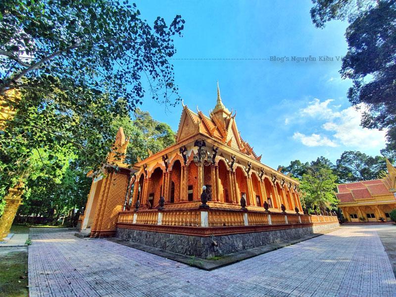 Bên trong chánh điện bài trí tượng Phật lớn là tượng đức Phật cảm thắng Ma Vương, tượng Phật đi khất thực, tượng Phật thiền định, tượng Phật nhập Niết bàn.