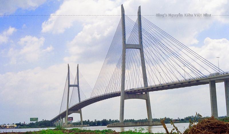 Cầu Mỹ Thuận là cầu dây văng và cầu bắc qua sông Mekong đầu tiên ở Việt Nam.