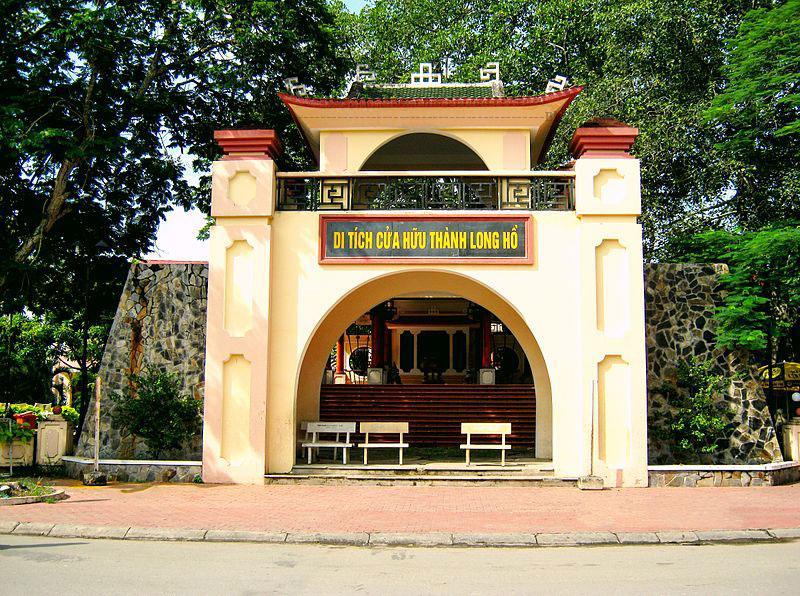 Thành Vĩnh Long xưa tọa lạc trên một gò đất cao (nay gần như đã phẳng) ở tại giao lộ 19 tháng 8 và đường Hoàng Thái Hiếu, thuộc phường 1, thành phố Vĩnh Long, tỉnh Vĩnh Long.