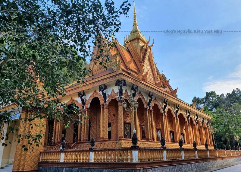 Ngôi chùa mang đậm kiến trúc Khmer với tường sơn màu vàng chủ đạo cùng mái vòm cao vút với tượng nữ thần Kayno ở tư thế vươn lên đỡ lấy diềm mái, tạo sự chuyển tiếp giữa phương đứng của các cột và phương ngang của mái.