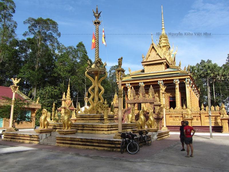 Chánh điện chùa theo kiến trúc mái tam cấp đặc trưng của đồng bào người Khmer vùng Tây Nam Bộ với nếp dưới cùng lớn nhất và nhỏ dần lên trên. Nếp trên cùng có hình tam giác, trung tâm có đỉnh nhọn cao vút lên.