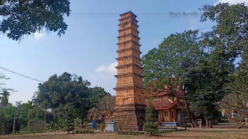 Thân của tháp Bình Sơn được cấu trúc bằng hai lớp gạch: gạch khẩu chịu lực có nhiều kích cỡ để trơn được sử dụng xây bệ, xây bên trong tháp và giật cấp làm mái phân tầng.