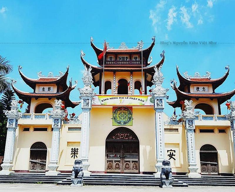 Khuôn viên chùa cổ nay còn 5 cây bảo tháp (loại 3 tầng) cùng cây si cổ thụ buông hàng rễ phụ ôm trọn trong mình một cây Bảo tháp với 300 tuổi là những nhân chứng lịch sử về nơi hoằng hoá Phật pháp của một thời kỳ hưng thịnh Phật giáo cách nay gần thế kỷ.