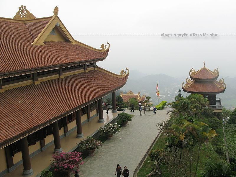 Vua Hùng thứ 6 tên là Hùng Chiêu Vương lên chùa Thiên Ân trên đỉnh núi Tam Đảo để cầu tự, khi trở về đã gặp bà Lăng Thị Tiêu và rước về làm vợ; bà là người xinh đẹp, giỏi giang, có tài thao lược, giúp vua Hùng đánh giặc giữ nước Văn Lang.