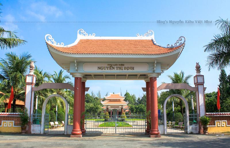 Đền thờ nữ tướng Nguyễn Thị Định được xây trên một mô đất cao, thoáng mát, theo kiểu tứ trụ, côt tròn, mái hai tầng chồng diềm uốn cong 4 góc vút cao lên trời, đầu hồi có trang trí nhiều họa tiết.