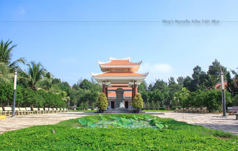 Đền thờ có 3 cửa ra vào, xung quanh đều được xây dựng các hành lang rất rộng.