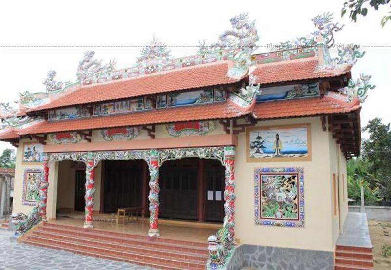 Đình Phú Lễ là đình có quy mô lớn và đẹp vào bậc nhất của các làng quê ven biển Bến Tre.