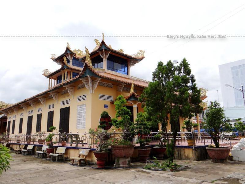 Chùa Viên Minh Bến Tre thuộc hệ phái Bắc Tông, quản tự hiện nay của chùa là Đại đức Thích Huệ Trí.