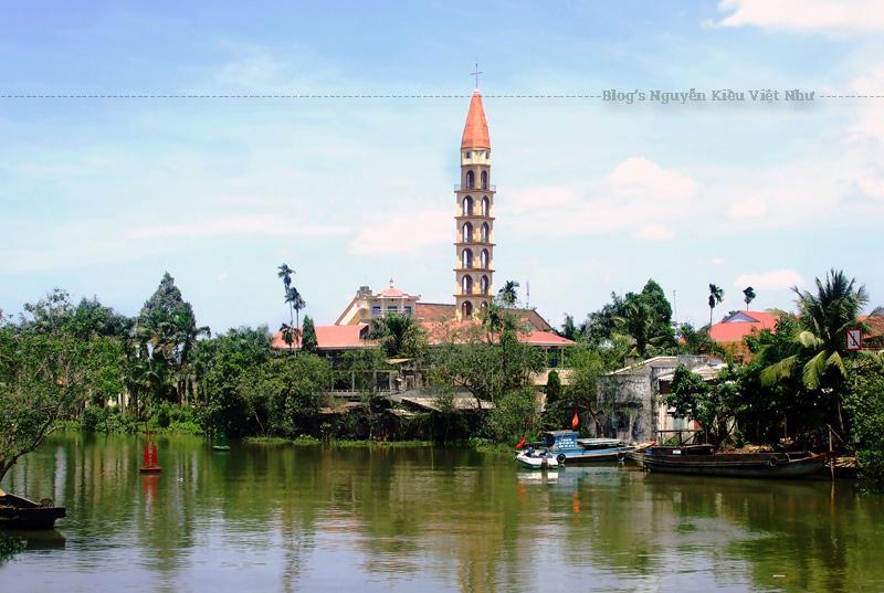 Cha sở nhà thờ Cái Mơn Lê Đình Bạch bên bia đá ghi nhận Nhà thờ Cái Mơn tiên khởi năm 1702.