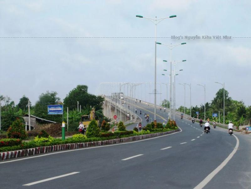 Cầu Hàm Luông có tổng chiều dài hơn 8.000 mét, bề rộng 16 mét, gồm có bốn làn xe, được thiết kế bê – tông cốt thép và bê – tông dự ứng lực được đưa vào sử dụng đã tạo nên một bộ mặt mới cho cả tỉnh Bến Tre.