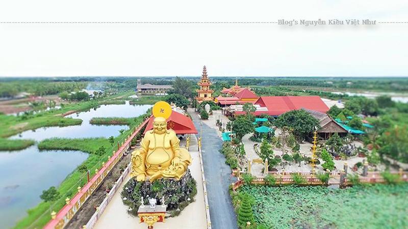 Chùa Vạn Phước Bến Tre dưới nắng rực rỡ cùng với ánh vàng của những bức tượng uy nghiêm làm lộng lẫy cả một góc trời phía Đông duyên hải của huyện Bình Đại, tỉnh Bến Tre.