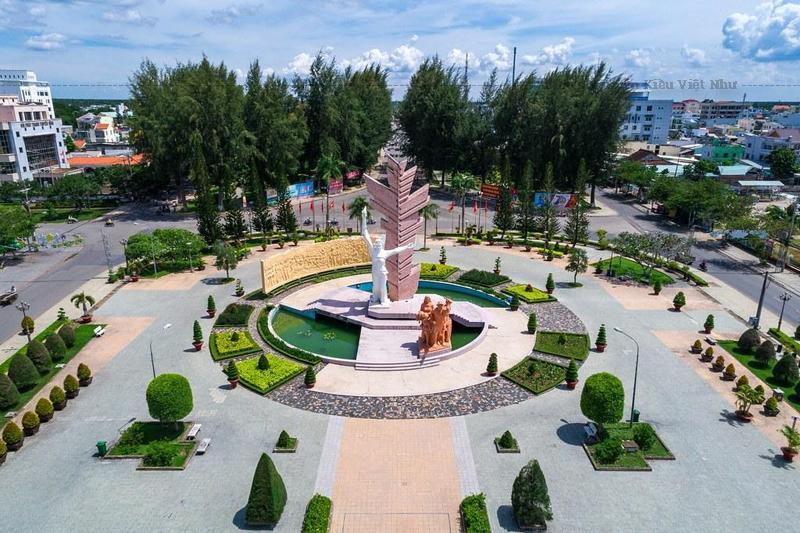 Tượng đài Đồng Khởi hoàn thành, tỉnh chọn điểm đặt tượng ở trung tâm thị xã lúc bấy giờ là ngã ba Tháp.