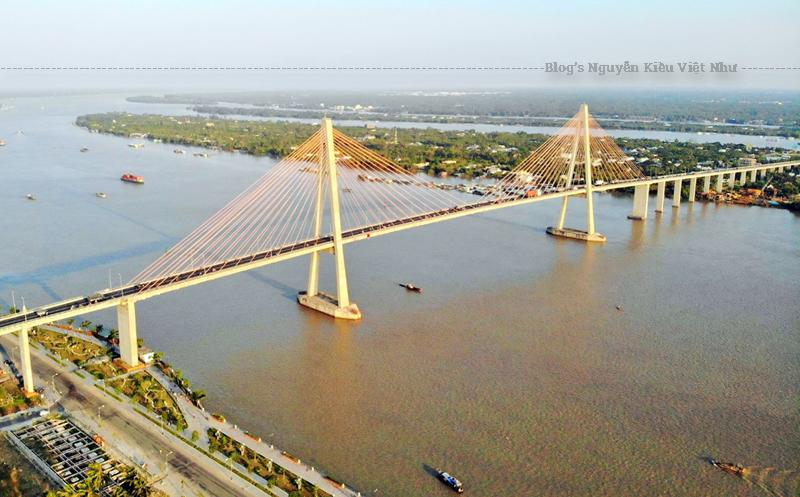 Khi nói đến những công trình kiến trúc tại bến tre không thể không nhắc đến Cầu Rạch Miễu là một cây cầu dây văng nối liền hai tỉnh Tiền Giang và Bến Tre với nhau.