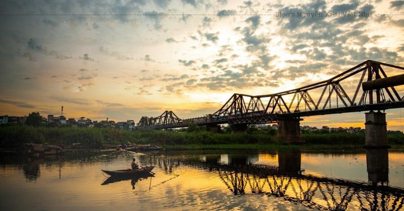 Cầu Long Biên là cầu bắc qua sông Hồng. Đây là cây cầu thép đầu tiên xây dựng bắc qua Sông Hồng.