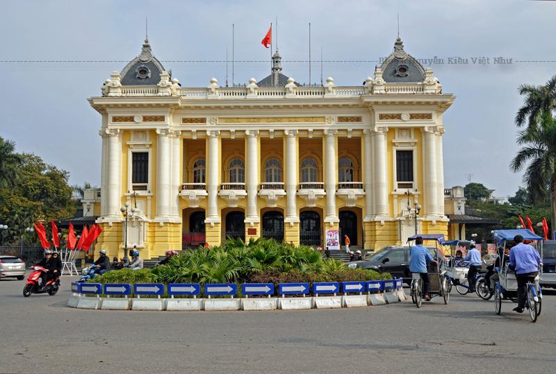 Mặt bằng Nhà hát Lớn Hà Nội được chia thành ba phần tương đối rõ rệt. Không gian đầu tiên ngay lối vào là chính sảnh với một cầu thang hình chữ T bằng đá dẫn lên tầng hai.