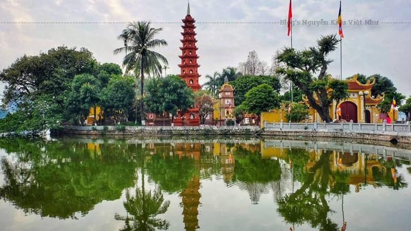 Chùa Trấn Quốc toạ lạc trên một hòn đảo duy nhất của một hồ nước ngọt lớn nhất ở Hà Nội.