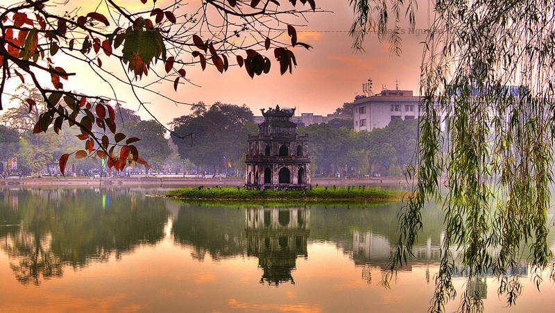 Hồ Hoàn Kiếm (hay còn gọi là Hồ Gươm) là trái tim của Hà Nội. Đây không chỉ là nơi để mọi người thả hồn đi dạo, hóng mát mà còn gắn liền với người dân thủ đô.