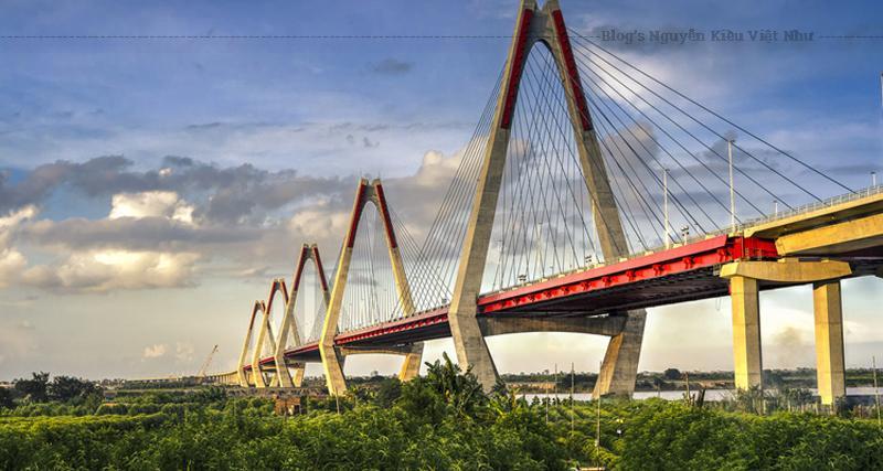 Cầu được khởi công ngày 7 tháng 3 năm 2009, ngay sau khi hoàn thành cầu Thanh Trì và hoàn thành nhân kỷ niệm Thăng Long - Hà Nội 1000 năm.