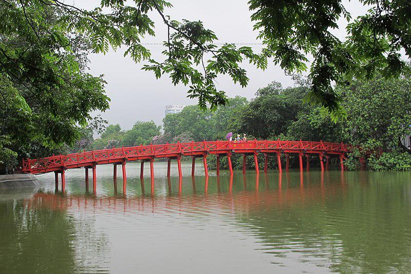 Cầu Thê Húc hướng về phía đông, hướng về phía mặt trời mọc để đón được toàn vẹn nguồn dưỡng khí.