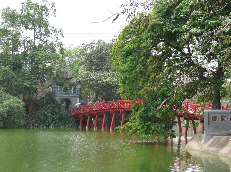 Với ý nghĩa nên xưa nay cây cầu mang màu đỏ - màu của sự sống, của mọi nguồn hạnh phúc, của ước vọng truyền đời từ thời cổ đại đến nay - cây cầu Thê Húc - biểu tượng của thần mặt trời.