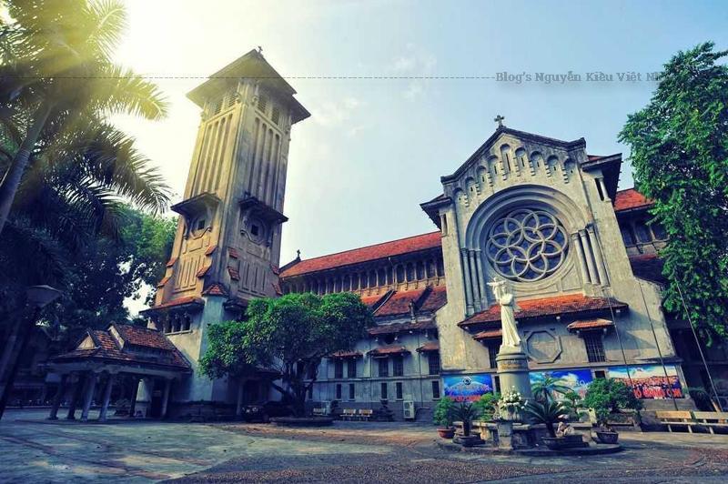Ban đầu Nhà thờ được dự định đặt tước hiệu là Các Thánh Tử đạo Việt Nam nhưng rồi được đổi chính thức thành Nữ vương Các Thánh Tử đạo.