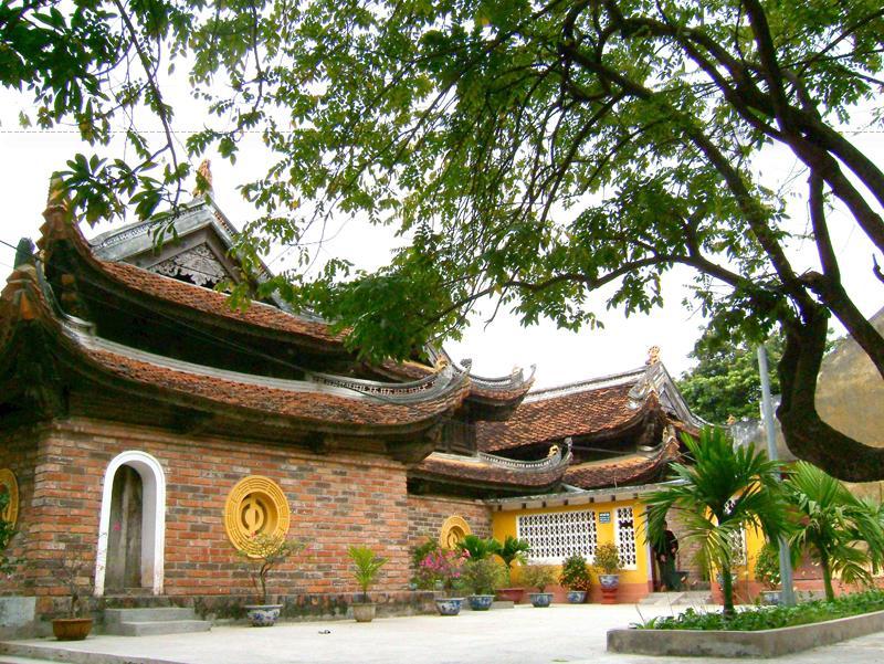 Mái chùa Kim Liên lợp ngói với cấu trúc hai tầng theo kiểu chồng diêm. Mỗi nếp 8 mái, có tám tàu đao hình rồng uốn cong. Chân cột kê trên đá tảng chạm hình hoa sen cách điệu.