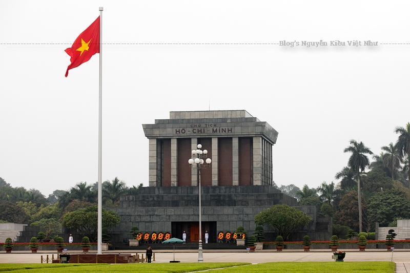 Hai bên phía nam và bắc của lăng là hai rặng tre, loại cây biểu tượng cho nước Việt Nam. Trước cửa lăng luôn có hai người lính đứng gác, 1 giờ đổi gác một lần.