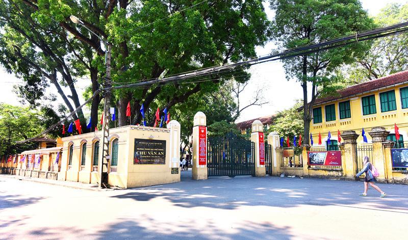 Toà nhà cổ kính và đẹp nhất của trường là khu thư viện hay được gọi với cái tên Nhà Bát Giác, được xây dựng từ năm 1898.