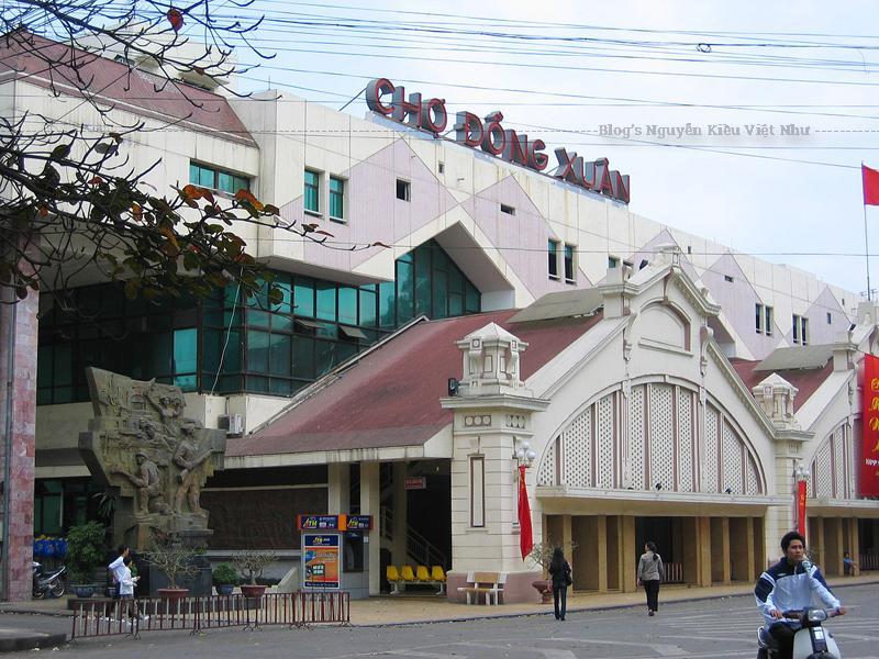 Chợ Đồng Xuân nằm trong khu phố cổ, phía tây là phố Đồng Xuân, phía bắc là phố Hàng Khoai, phía nam là phố Cầu Đông, phía đông là ngõ chợ Đồng Xuân.