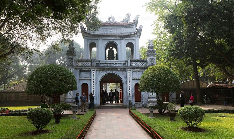 Toàn bộ kiến trúc Văn Miếu hiện nay đều là kiến trúc thời đầu nhà Nguyễn. Khuôn viên được bao bọc bởi bốn bức tường xây bằng gạch vồ (đây là sản phẩm của nhà Hậu Lê).