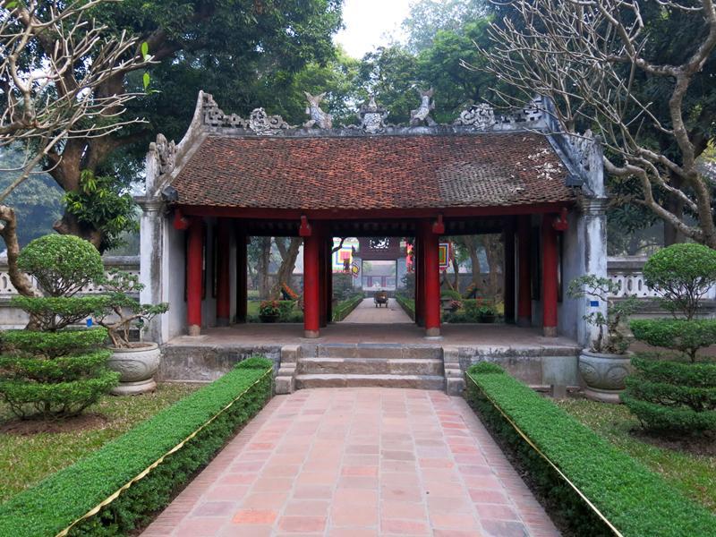 Khu Văn Miếu - Quốc Tử Giám có tường gạch vồ bao quanh, phía trong chia thành 5 lớp không gian với các kiến trúc khác nhau.