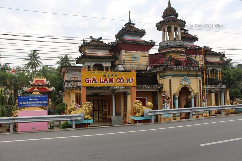 Chùa Già Lam vốn có tên là chùa Quan Thánh, được Hòa thượng Thích Huệ Đức, trụ trì đời đầu tiên được thi công xây dựng vào năm 1940, đến năm 1967, chùa mới được xây cất như ngày nay.