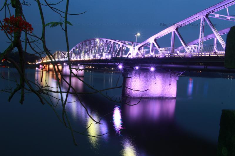 Từ Festival Huế năm 2002, cầu Tràng Tiền được lắp đặt một hệ thống chiếu sáng đổi màu hiện đại...
