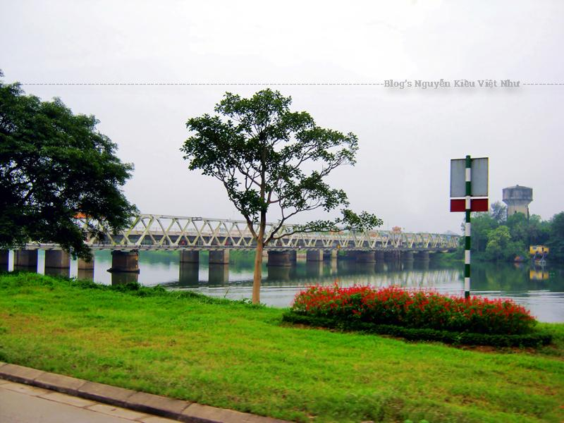 """Cầu được khởi công xây dựng với tên gọi là """"cầu đường bộ Bạch Hổ"""" (chạy song song với tuyến cầu sắt Bạch Hổ dùng cho tàu hỏa), và khánh thành ngày 31 tháng 8 năm 2012."""
