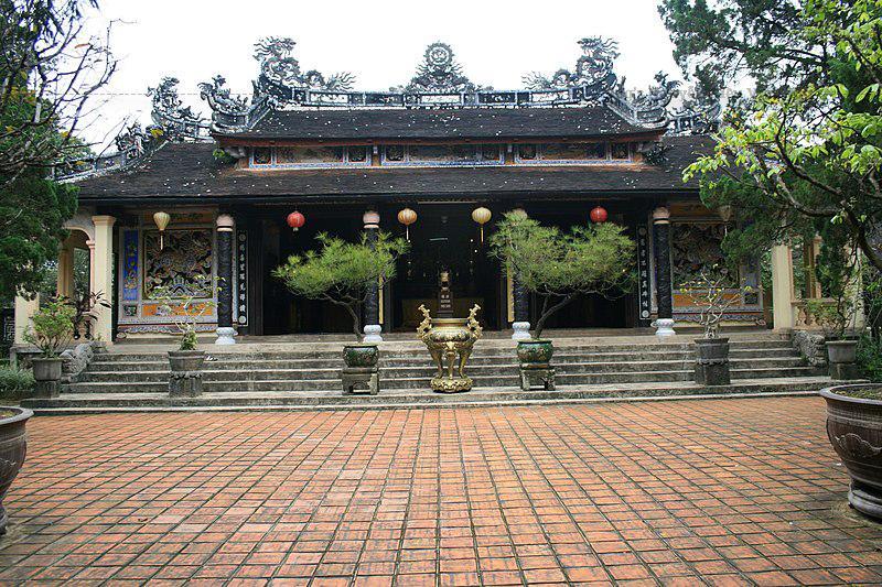 Xung quanh ngôi chùa Từ Hiếu còn có khá nhiều lăng mộ các vị phi tần của các chúa Nguyễn.
