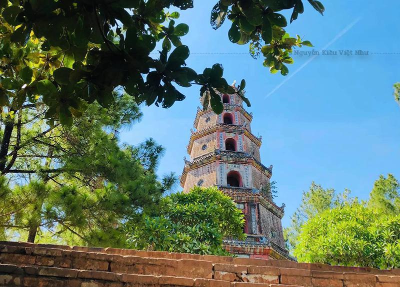 Với cảnh đẹp tự nhiên và quy mô được mở rộng ngay từ thời đó, chùa Thiên Mụ đã trở thành ngôi chùa đẹp nhất xứ Đàng Trong. Trải qua bao biến cố lịch sử, chùa Thiên Mụ đã từng được dùng làm đàn Tế Đất dưới triều Tây Sơn (khoảng năm 1788), rồi được trùng tu tái thiết nhiều lần dưới triều các vua nhà Nguyễn.