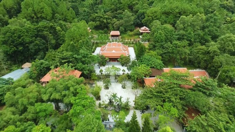Khuôn viên chùa là một khu vườn xanh ngắt với những cảnh quan kỳ ảo, đẹp như trong chuyện cổ tích.