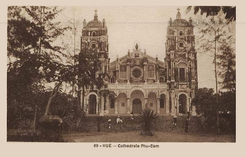 Năm 1682, linh mục Langlois cho xây dựng nhà nguyện Phủ Cam bằng tranh tre tại xóm Đá, sát bờ sông An Cựu.