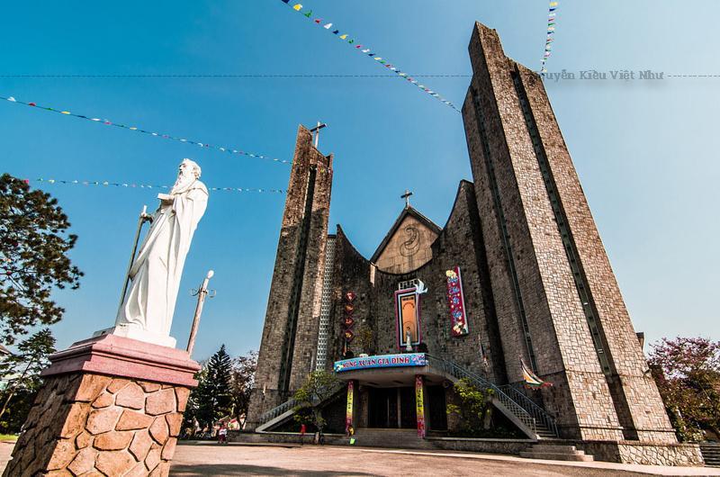 Lòng nhà thờ rộng, có thể chứa được 2500 người đến dự lễ. Có hai dãy cửa gương màu nằm ở phần trên bên trong lòng nhà thờ cung cấp ánh sáng cho nội thất.