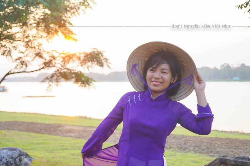 Hoàng hôn trên sông Hương cuối buổi chiều, Huế thường trở về trong một vẻ yên tĩnh lạ lùng, đến nỗi tôi cảm thấy hình như có một cái gì đang lắng xuống.