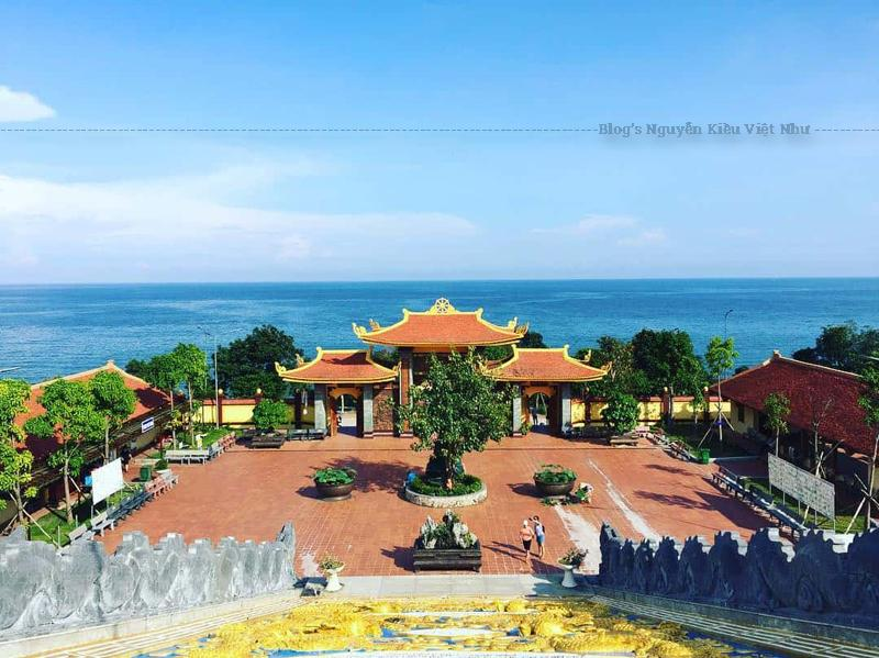 Bước vào cổng chính, du khách sẽ thấy ngay bức tượng đức Phật to lớn được làm từ ngọc thạch màu xanh dưới tán cây bồ đề xanh mát.