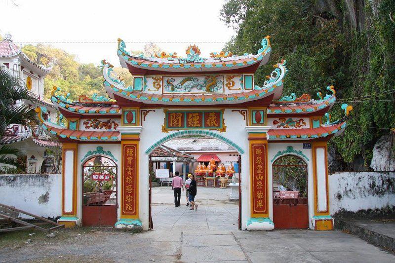 Chùa Hang là một ngôi chùa nằm giữa hang sâu gần 40m, thâm u, mờ ảo.